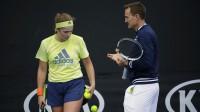 Aļona Ostapenko un treneris Deivids Teilors Foto: Luke Hemer/Tennis Australia