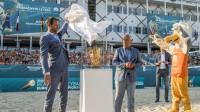 EČ direktors Reinders Numerdors un CEV viceprezidents Māris Pēkalis atklāj meistarsacīkstes Foto: cev.eu