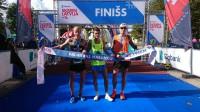 Kristaps Bērziņš (no kreisās), Dmitrijs Serjogins un Kristaps Kaimiņš pēc finiša Valmierā. Foto: Mareks Gaļinovskis