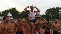 Konkurenti nes uz pleciem pasaules rekordu labojušo Kevinu Maieru. Foto: AFP/Scanpix
