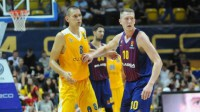 """Rolands Šmits (pa labi) """"Barcelona"""" pārbaudes spēlē. Foto: Sportowiec.info"""