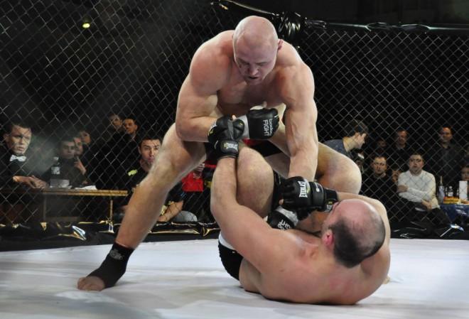 MMA cīkstonis Gluhovs Krievijā uzveic amerikāni Lopesu