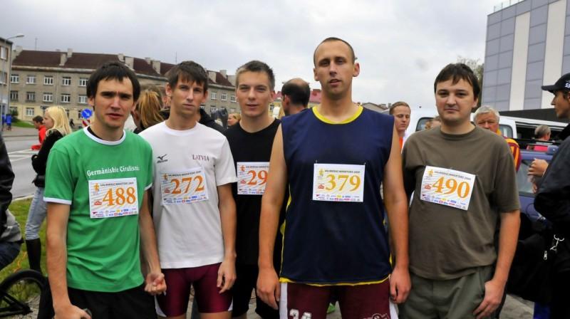 J. Cīrulis, K. Evertovskis, M. Osis,  J. Pārums un L. Bērziņš pērn Valmierā.  Foto: Romualds Vambuts, Sportacentrs.com