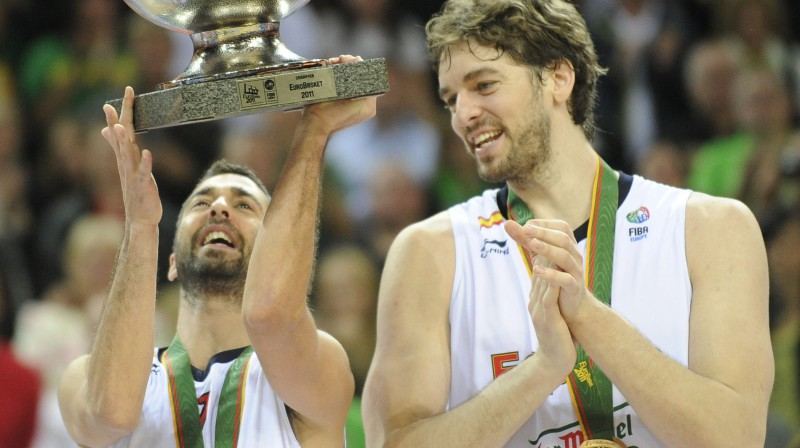 Huans Karloss Navarro un Pau Gazols ar EuroBasket 2011 trofeju. Foto: AFP