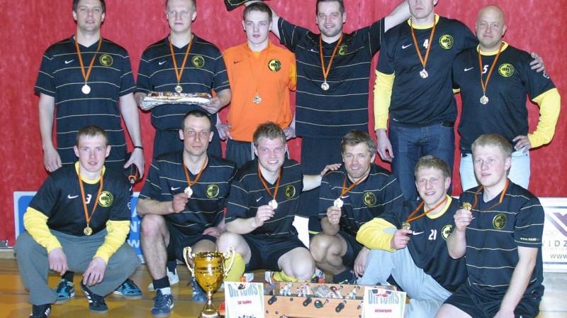 """Pērnās sezonas uzvarētāji """"SK Spēks"""" futbolisti Foto: skspeks.lv"""