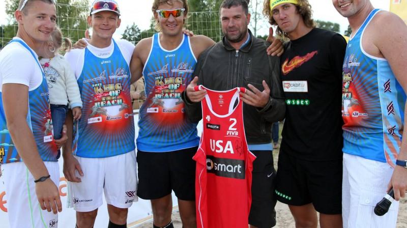Fila Dalhauzera krekla jaunais īpašnieks kopā ar Latvijas olimpiešiem
