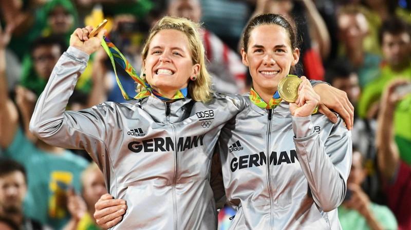 Laura Ludviga un Kira Valkenhorsta pēc triumfa Riodežaneiro. Foto: AFP/Scanpix