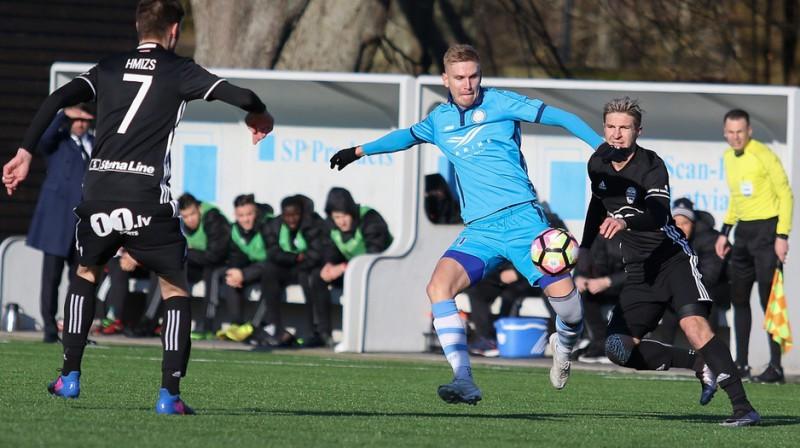"""Artjoms Osipovs (pa labi) spēlē pret """"Riga"""" FC. Foto: Mārtiņš Sīlis"""