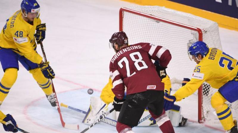 Zemgus Girgensons spēlē pret Zviedriju Foto: Romāns Kokšarovs/F64