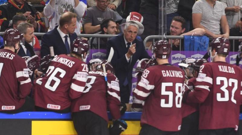 Bobs Hārtlijs un Latvijas izlases hokejisti  Foto: Romāns Kokšarovs/F64
