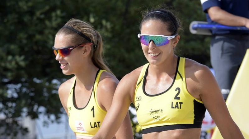 Tīna Graudiņa un Anastasija Kravčenoka. Foto: fivb.com