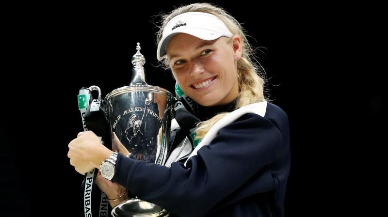 """Karolīna Vozņacki ar """"WTA Finals"""" trofeju 2017. gadā. Foto: Reuters/Scanpix"""