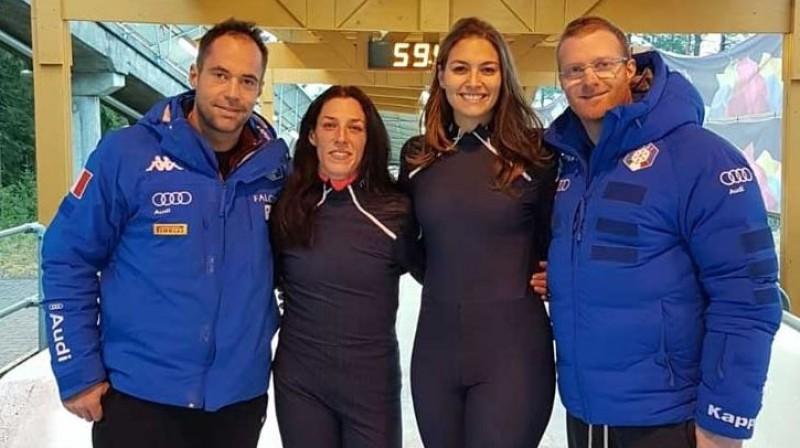 Itālijas izlases treneri Manuels Mahata un Simone Bertaco ar monobobslejistēm. Foto: fisi.org
