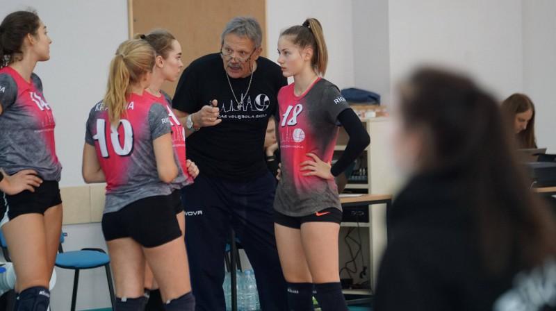 RVS komanda un treneris Pāvels Seļivanovs. Foto: Latvijas Volejbola federācija