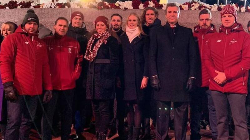 Latvijas sportisti 18. novembrī pie Brīvības pieminekļa. Foto no Jura Šica Facebook profila