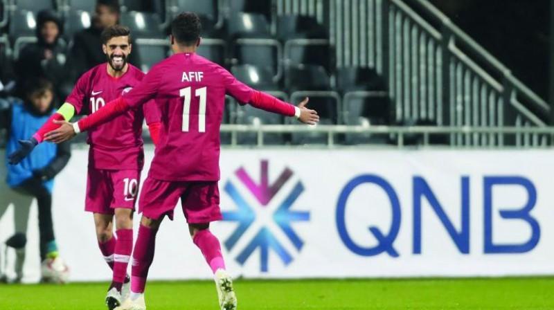 Kataras futbolisti Hasans al-Haidoss ar komandas biedru Akramu Afifu priecājas par vārtu guvumu spēlē ar Islandi. Foto: thepeninsulaqatar.com