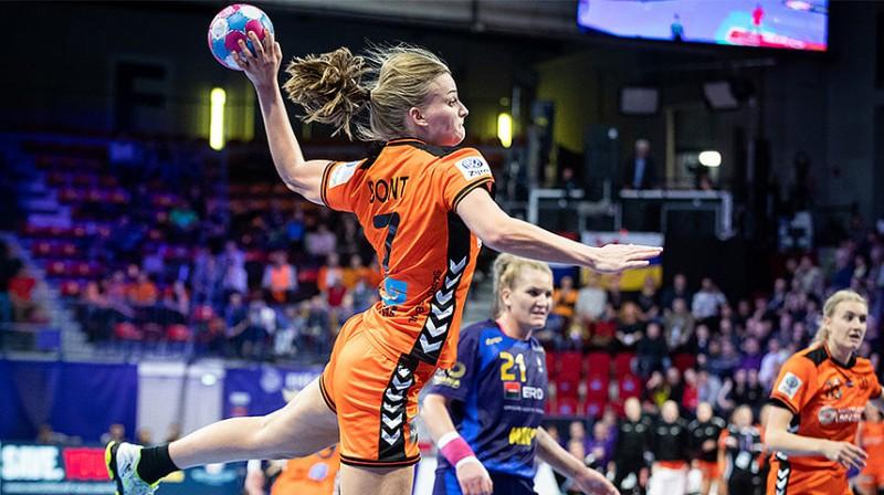 Uzbrukumā viena no Nīderlandes izlases līderēm un spēles ar Rumāniju varonēm Debija Bonta.