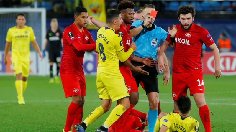Andris Treimanis noraida spēlētāju UEFA Eiropas līgas spēlē. Foto: Reuters/Scanpix