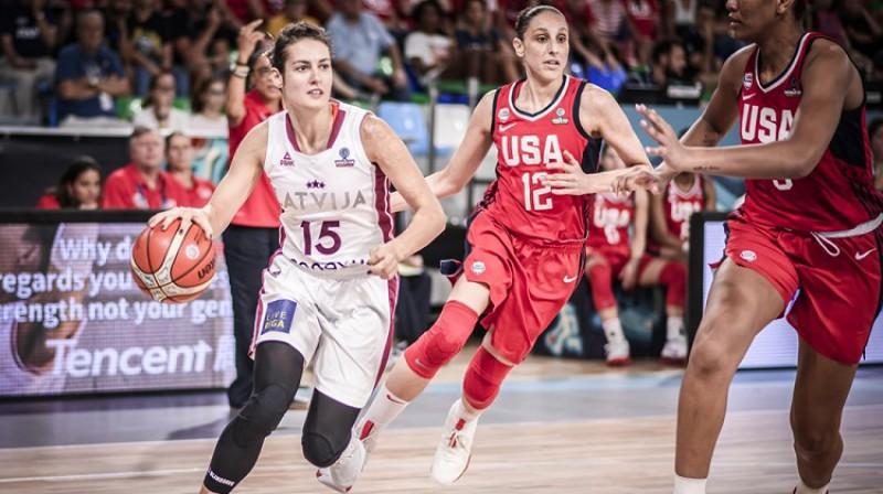 Ieva Pulvere cīņā ar Daianu Taurasi un ASV izlasi. Foto: FIBA