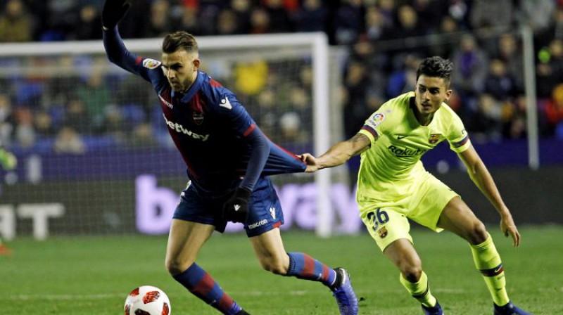"""Barcelona"" aizsargs Čumi (pa kreisi) spēlē pret ""Levante"". Foto: AP/Scanpix"