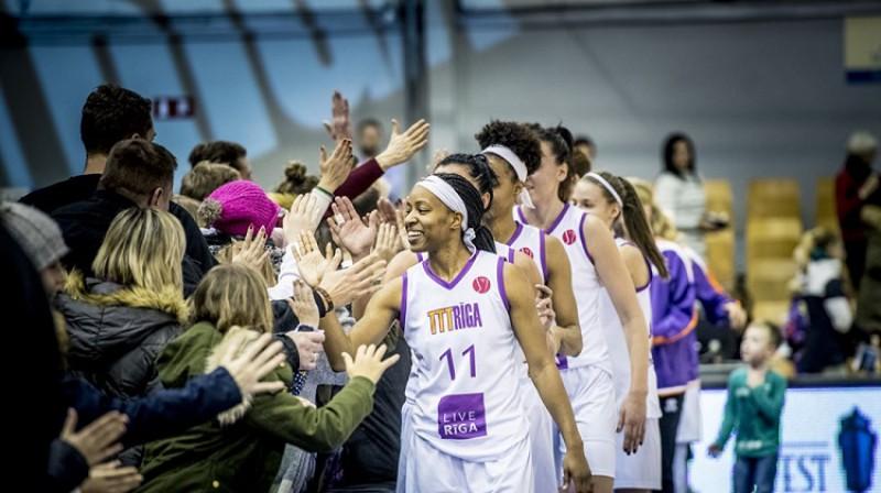 TTT basketbolistes un līdzjutēji pēc uzvaras 17. janvāra spēlē. Foto: Renārs Koris