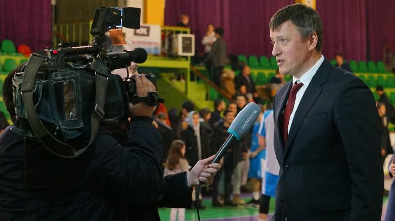 Arnis Vecvagars sniedz intervīju Kazahstānas televīzijai. Foto: nbf.kz