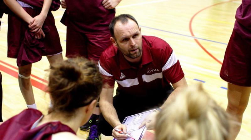 Latvijas sieviešu U19 izlases galvenais treneris Matīss Graudiņš. Foto: Siim Semiskar, basket.ee