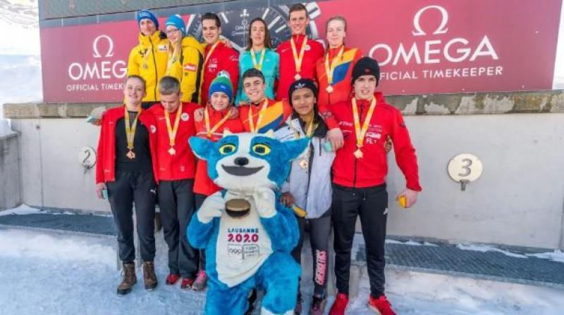 Loreta Beķerniece (pirmajā rindā trešā no kreisās) starp citiem sportistiem pēc sacensībām Sanktmoricā. Foto: Ģirts Kehris