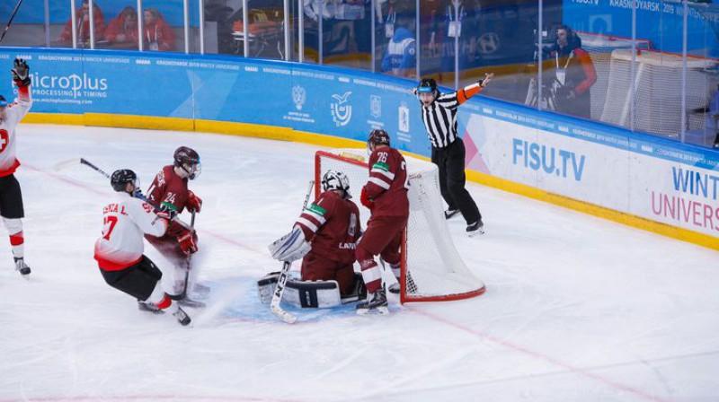 Latvijas studentu hokeja izlase aizsargā vārtus Universiādes spēlē. Organizatoru foto