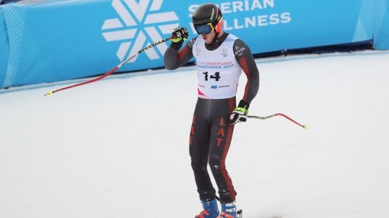 Miks Zvejnieks pēc finiša Universiādes Alpu slaloma supergigantā. Organizatoru foto