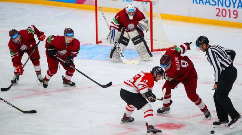 Latvijas studentu hokeja izlases spēlētājs Kristaps Millers cīnās iemetienā. Organizatoru foto