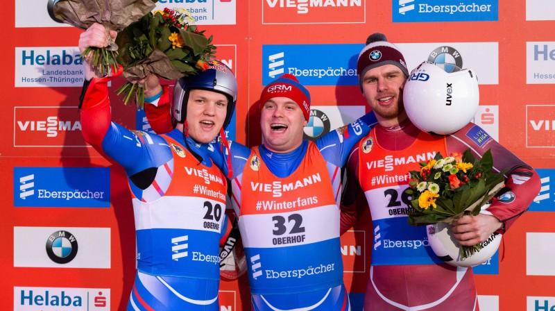 Kristers Aparjods (pa labi) uz Eiropas čempionāta goda pjedestāla. Foto: imago/foto2press/Scanpix
