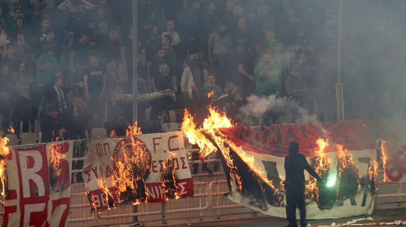"""Panathinaikos"" fani dedzina ""Olympiacos"" karogus. Foto: Reuters/Scanpix"