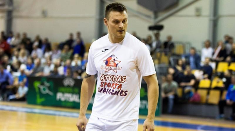 Daumants Dreiškens piedalās telpu futbola Latvijas sporta zvaigžņu spēlē. Foto: Nora Krevņeva-Baibakova