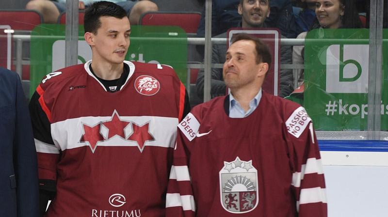 Uldis Čalpa un Artūrs Irbe pirms gada leģendārā vārtsarga godināšanā pirms izlases spēles pret Šveici. Foto: Romāns Kokšarovs/f64