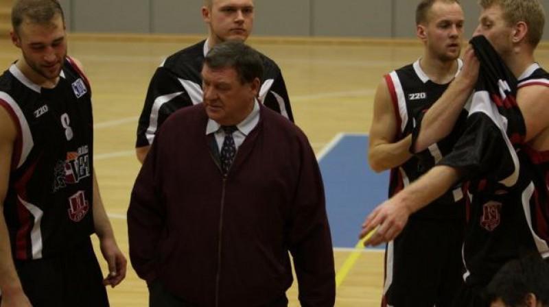 Treneris Jānis Rimbenieks ar audzēkņiem. Foto: lspa.lv
