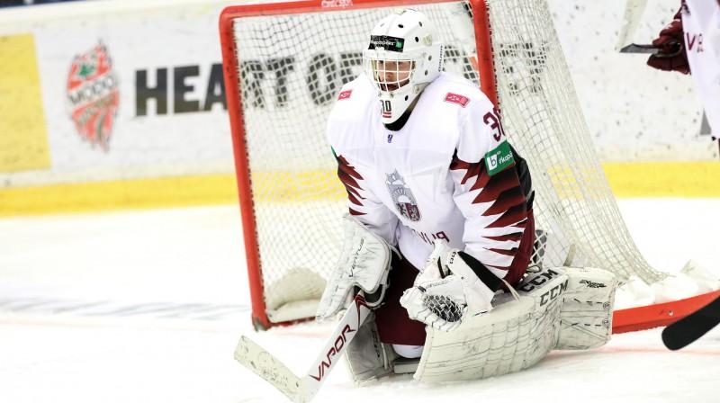 Latvijas U18 hokeja izlases vārtsargs Artūrs Šilovs. Foto: Nathalie Andersson