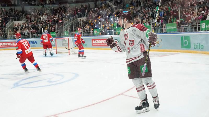Mārtiņš Dzierkals vakar pārspēja Krievijas izlases vārtsargu Aleksandru Georgijevu. Foto: Romāns Kokšarovs/F64