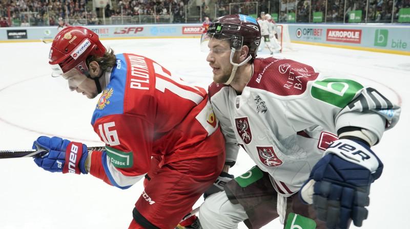 Miks Indrašis cīņā pie apmales pret Sergeju Plotņikovu. Foto: Romāns Kokšarovs/ f64
