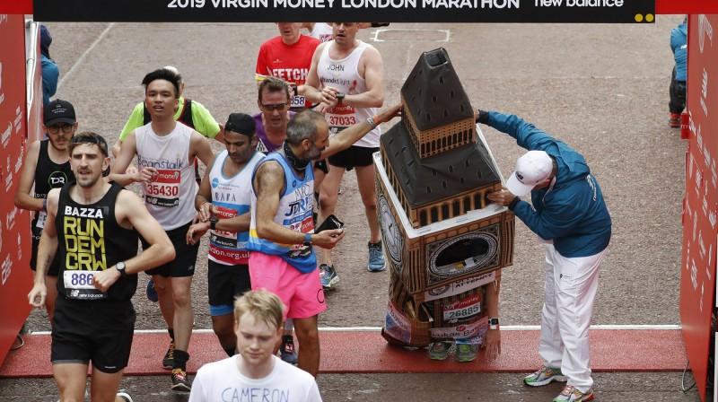 Londonas Bigbens šķērso maratona finišu. Foto: AP Photo/Alastair Grant