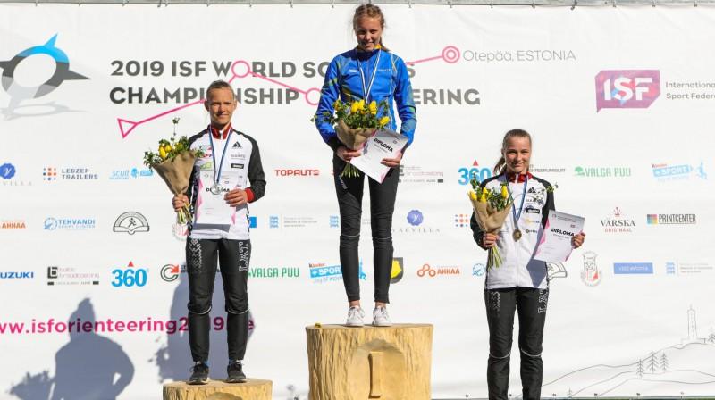 Elza Ķuze (pa kreisi) un Kristīne Brunere (pa labi) uz pasaules skolēnu čempionāta goda pjedestāla. Foto: Latvijas Orientēšanās federācija