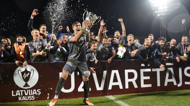 """""""Riga"""" futbolisti priecājas par triumfu Latvijas kausā. Foto: Romāns Kokšarovs/f64"""