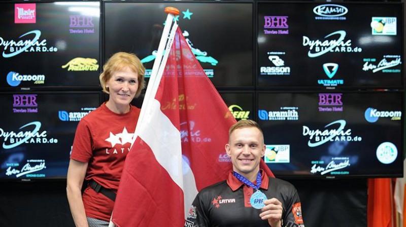 Kaspars Turks (pa labi) ar Eiropas čempionāta medaļu. Foto: lrbf.lv