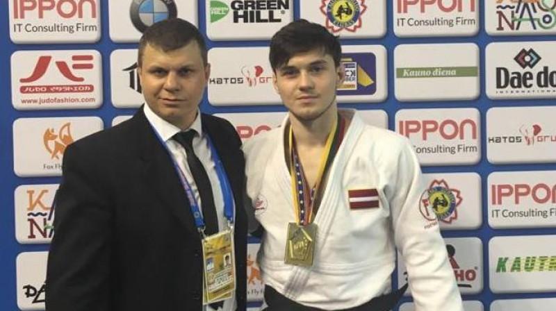 Artjoms Galaktionovs ar treneri Vladimiru Ševkovu pēc uzvaras Kauņā. Foto: Latvijas Džudo federācija