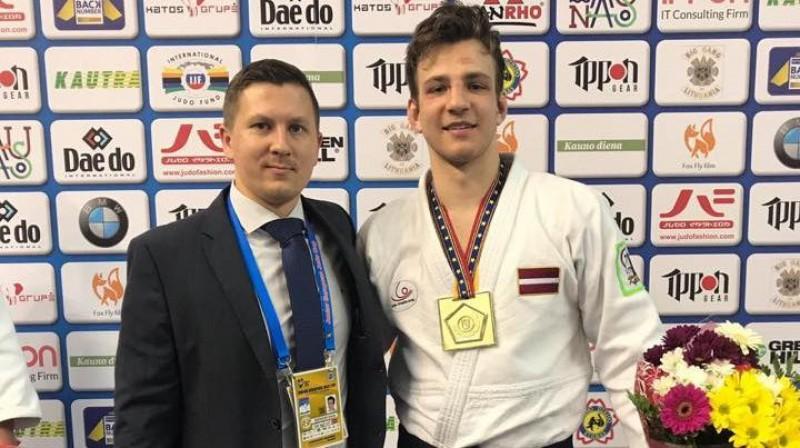 Emīls Gerkens ar treneri Gati Mīlenbergu pēc uzvaras Kauņā. Foto: Latvijas Džudo federācija