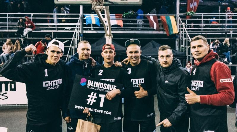 """Čempioni """"Ghetto Basket"""" (no kreisās): Nauris Miezis, rezervists Artūrs Strēlnieks, Kārlis Pauls Lasmanis, Edgars Krūmiņš, treneris Raimonds Feldmanis, Agnis Čavars. Publicitātes foto"""