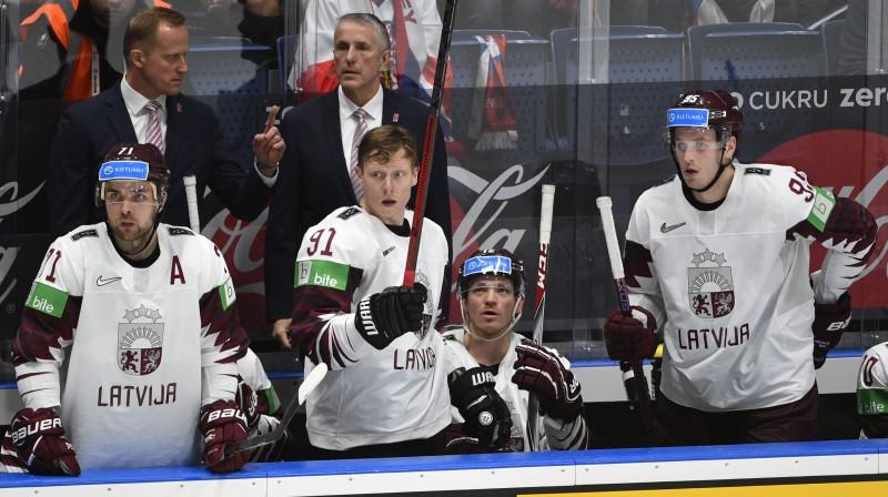 Bobs Hārtlijs (centrā) uz Latvijas izlases soliņa. Foto: Romāns Kokšarovs/f64