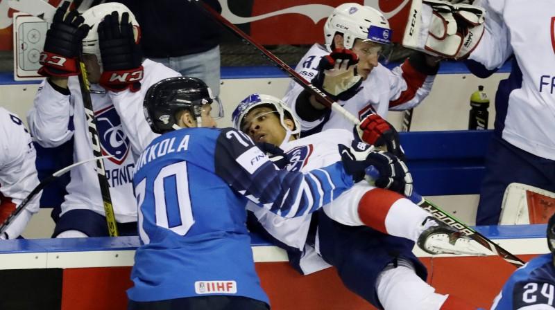 Spēka paņēmiens spēlē starp Franciju un Somiju. Foto: Reuters/Scanpix