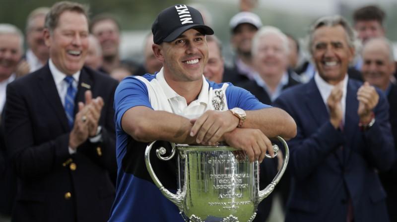 "Brukss Kepka ar otro ""PGA Championshp"" kausu. Foto: AFP/Scanpix"