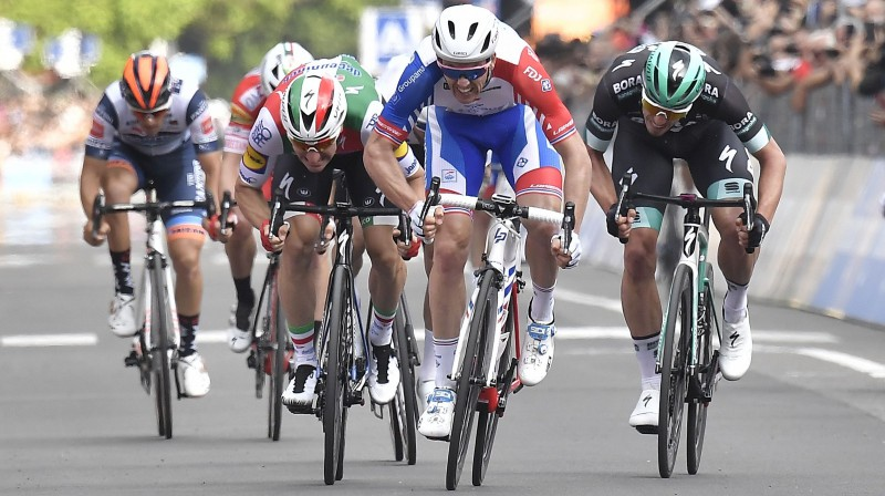 Pirmo uzvaru šogad guva francūzis Arno Demārs (otrais no labās puses) Foto: Zumapress.com/Scanpix